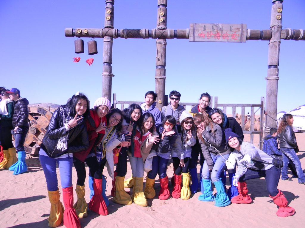 foto con tailandesi in viaggio scuola